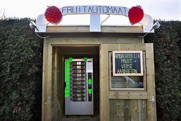 Nederland, Gendt, 14-12-2008Langs de weg staat bij een fruitteler een fruitautomaat. Hier kan men vers fruit en zelfgemaakt sap uit een automaat halen.Foto: Flip Franssen/Hollandse Hoogte