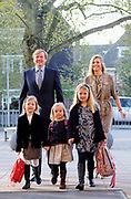 WASSENAAR - Prinses Ariane (M) komt maandag aan bij de Bloemcampschool in Wassenaar voor  haar eerste dag op de basisschool. Links prinses Alexia, rechts prinses Amalia. Achter hen hun ouders, prins Willem-Alexander en prinses Maxima. Prinses Ariane komt in groep 1A. ANP ROYAL IMAGES LEX VAN LIESHOUT POOL