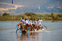 Myanmar (ex Birmanie). Province de Shan. entrainement pour les courses de bateau de la fete de Phaung-Daw U // Myanmar (Burma). Shan province. Fisher on the Inle lake, training for the Phaung-Daw U festival