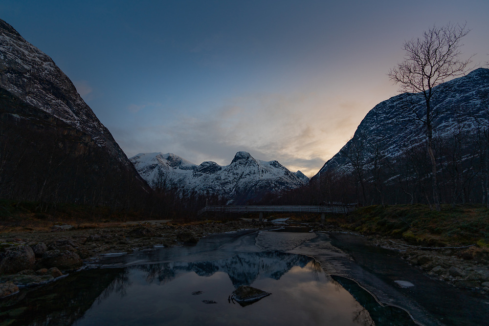Øvre del av Skamdalselva i Skamdalen, ved Skamdalbrua. Beisfjord i Narvik kommune, Nordland.