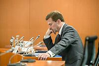 03 JUN 2020, BERLIN/GERMANY:<br /> Steffen Seibert, Staatssekretaer, Regierungssprecher, liest in seinen UNterlagen, vor Beginn einer Kabinettsitzung, zu Umsatzung der Abstandsregeln im Internationalen Konferenzsaal, Bundeskanzleramt<br /> IMAGE: 20200603-01-001<br /> KEYWORDS: Corvid-19, Corona, lesen, Kabinett, Sittzung