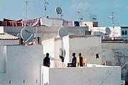 Marokko, Tanger, 22-5-2001Straatbeeld in de Medina.Afrikaanse illegalen op het dak van hun pension.Veel illegalen, immigranten, asielzoekers, vluchtelingen, wachten hier op een moment om Europa, Spanje, Ceuta binnen te komen. Velen worden uitgebuit door mensensmokkelaars. Vaak raakt hun geld op zodat ze hier stranden.Foto: Flip Franssen/Hollandse Hoogte