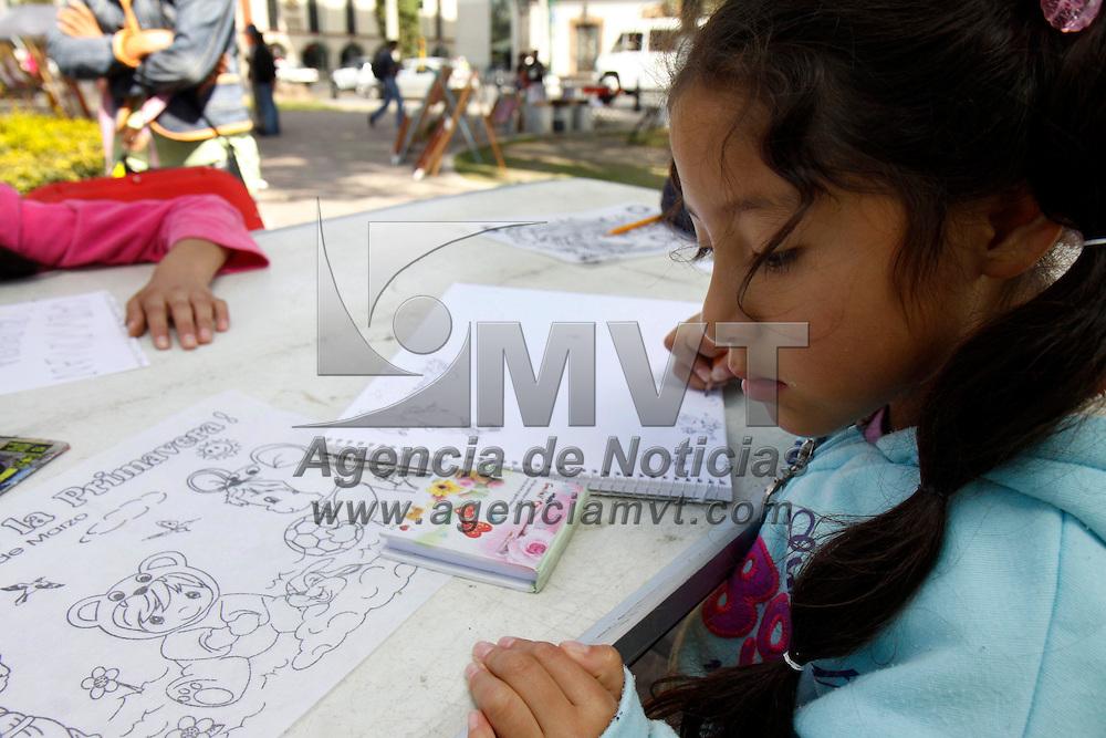 Toluca, Mex.- La Asociación de Amigos del Museo de la Acuarela se encuentra impartiendo los fines de semana talleres de dibujo y acuarela a niños de todas las edades en el jardín Zaragoza, al igual que exponen la obra de algunos artistas toluqueños para su venta. Agencia MVT / Crisanta Espinosa. (DIGITAL)<br /> <br /> NO ARCHIVAR - NO ARCHIVE