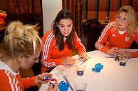 ZWOLLE - Margot van Geffen, Michelle van der Pols en Willemijn Bos moeten nog kiezen. Bitje happen voor de vrouwen van het Nederlands hockeyteam, Het aanmeten van een mondbeschermer. in aanloop van de Champions Trophy in Mendoza (Argentinie).  COPYRIGHT KOEN SUYK