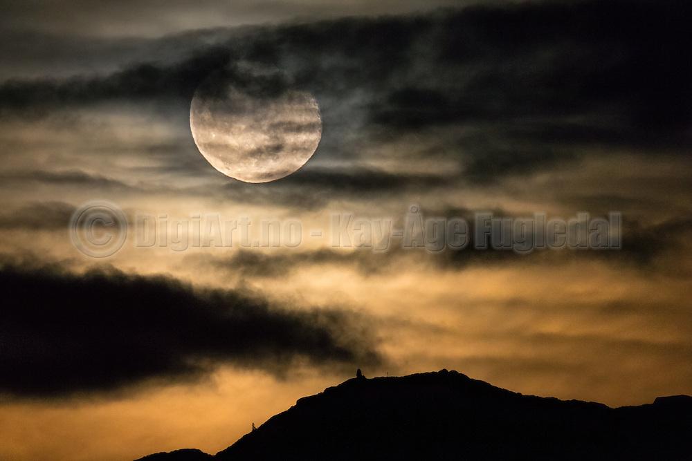 Golden Moonrise over Remøy, Norway   Gyllen måneoppgang over Remøy, Norge.