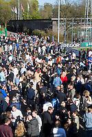 AMSTELVEEN - HOCKEY - Gezelligheid op het terras van hockeyclub Amsterdam bij het Wagener Stadion   na  de beslissende halve finalewedstrijd van de Play offs tussen Amsterdam en Kampong (3-1).  COPYRIGHT KOEN SUYK