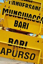 Le Ferrovie del Sud Est nascono in Puglia, nell'ottobre del 1931. A questà nuova società veniva dato in concessione l'insieme delle reti ferroviarie precedentemente gestite da diversi organismi (Società per le Ferrovie Salentine, Società per le Ferrovie Sussidiate, Ferrovie dello Stato)..Le aree pugliesi attraversate dalla società ferroviaria sono l'area barese, la fascia Taranto-Brindisi e l'area leccese-salentina, collegando fra loro i capoluoghi di Bari, Taranto e Lecce, nonché oltre 130 comuni delle province meridionali..Il reportage fotografico sulle Ferrovie Sud Est intende testimoniare l'evoluzione tecnologica che, durante gli anni, ha modificato e migliorato il servizio ferroviario e la convivenza del progresso con tracce del passato, attraverso un viaggio tra le stazioni e i depositi..Cartelli di segnale nel deposito di Bari Sud Est.