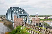 Nederland, Nijmegen: 23-4-2018 Uitzicht op het centum van Nijmegen richting Betuwe . Spoorbrug uit 1983 met fietsbrug de snelbinder,  rivier de waal en de nevengeul, spiegelwaal zijn te zien . Bruggehoofd, bruggenhoofd, uit eind 19e eeuw toen nijmegen op het spoorwegennet werd aangesloten .FOTO: FLIP FRANSSEN