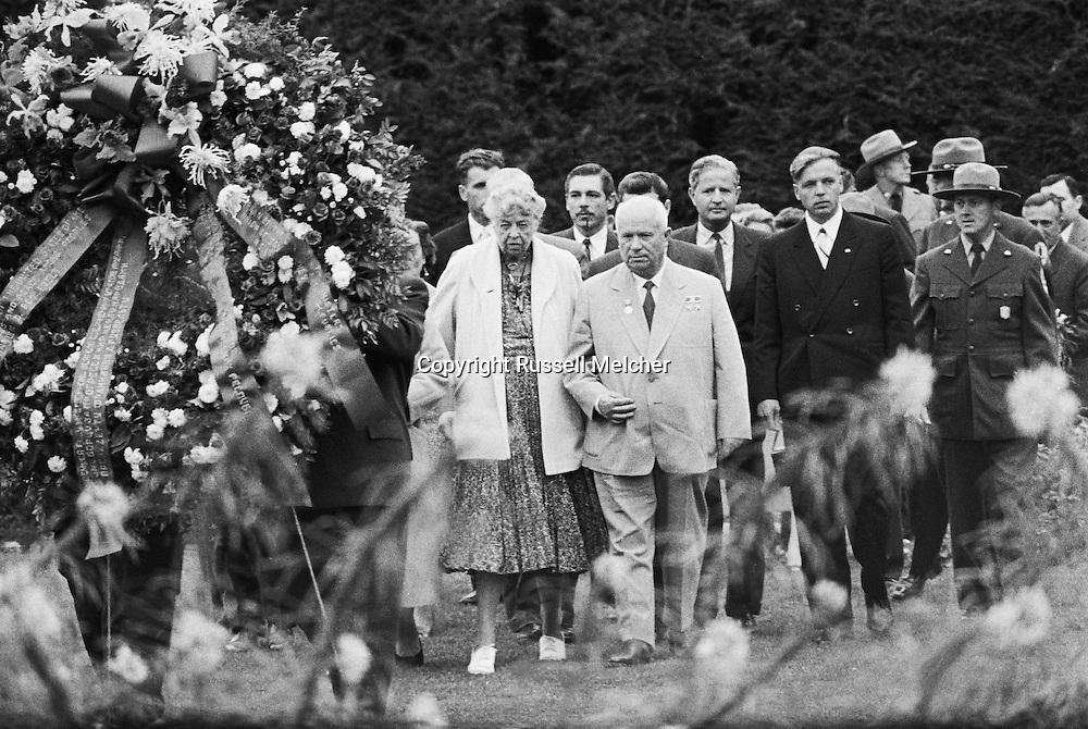 1959; Madame Eleanor Roosevelt walking along side Nikita Khrushchev visiting  the tomb of President Franklin Delano Roosevelt.<br /> <br /> 1959 ; Mme Eleanor Roosevelt marchant le long du côté Nikita Khrouchtchev visiter la tombe du président Franklin Delano Roosevelt .