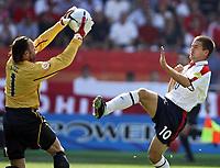Fotball, 17. juni 2004, EM, Euro 2004, Sveits -  England, Joerg Stiel (SUI), Michel Owen (ENG)<br /> <br /> Foto: Digitalsport