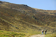 Frankrijk, Auvergne, 20-9-2008Oudere wandelaars wandelen op een dome in het parc des volcans, park van de vulkanen, in de omgeving van Clermont-Ferrand.Hikers walking on a dome in the Parc des Volcan, park of the volcanoes in the vicinity of Clermont-Ferrand.Foto: Flip Franssen/Hollandse Hoogte