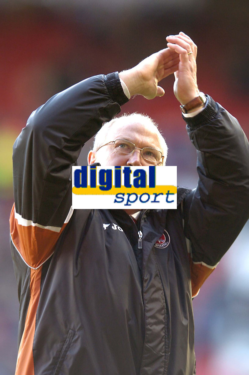 Photo: Olly Greenwood.<br />Charlton Athletic v Everton. The Barclays Premiership. 25/11/2006. Charlton manager Les Reed celebrates a point