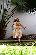 Belo Horizonte_MG, Brasil...Garota em um jardim...A girl in the garden...Foto: LEO DRUMOND / NITRO