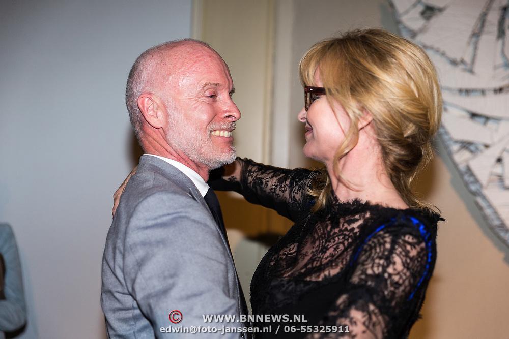 NLD/Amsterdam/20170920 - Mart Visser 20 jaar mode - The Artesia, Daphne Deckers omhelst Mart Visser