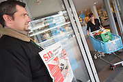 Een verkoper van de Utrechtse daklozenkrant Straatnieuws bij de Albert Heijn op de Amsterdamsestraatweg in Utrecht. De daklozenkrant Straatnieuws gaat na 18 jaar verdwijnen. De oplage is te laag om nog rendabel te zijn, zo maakte de stichting SoDeTu die de krant uitgeeft bekend. Op 23 juni verschijnt het laatste nummer van Straatnieuws.<br /> <br /> A homeless man is selling the newspaper Straatnieuws. The street paper has to stop due to too less sales. Straatnieuws plays an important role for homeless people to make a living.