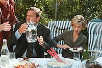 25 AUG 1999, BERLIN/GERMANY:<br /> Gerhard Schröder, SPD, Bundeskanzler, und Ehefrau Doris Schröder, gemeinsam im Garten der Mompers bei Kartoffelsalat und Buletten, Kaffee und Kuchen<br /> IMAGE: 19990825-01/03-10<br /> KEYWORDS: Gerhard Schroeder