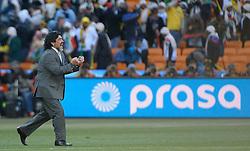 17.06.2010, Soccer City Stadium, Johannesburg, RSA, FIFA WM 2010, Argentinien vs Südkorea im Bild Argentina's Head coach /Manager ,Diego Maradona jubelt über den Sieg, er geht in Richtung seiner Spieler um mit ihnen zu feiern, EXPA Pictures © 2010, PhotoCredit: EXPA/ IPS/ Mark Atkins / SPORTIDA PHOTO AGENCY