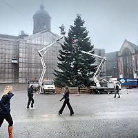 Nederland, Amsterdam , 7 december 2010..De kerstboom van 2010 wordt geinstaleerd op de Dam.Foto:Jean-Pierre Jans