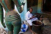Inde, etat du Tamil Nadu, Swamimalai, ville celebre pour ses sculpture en bronze sur cire perdu // India, Tamil Nadu, Swamimalai, bronze statue maker