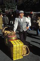 España. Madrid<br /> Vendedor de barquillos en el Rastro<br /> <br /> © JOAN COSTA