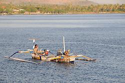 Auslegerkanu mit Fischern, Outrigger-Canoe with fisherman, Pemuteran, Bali, Indonesien, Indopazifik, Bali, Indonesia Asien, Indo-Pacific Ocean, Asia
