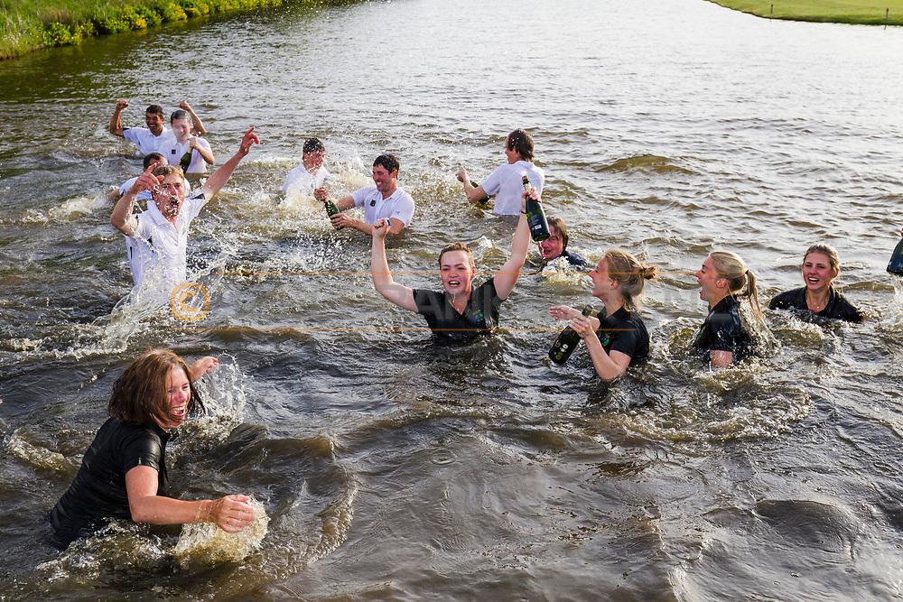 17-05-2015 NGF Competitie 2015, Hoofdklasse Heren - Dames Standaard - Finale, Golfsocieteit De Lage Vuursche, Den Dolder, Nederland. 17 mei. Dames en heren Noordwijkse:  feesten na de overwinning.