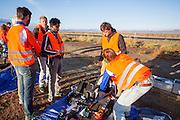 Teamleden maken de VeloX V klaar voor de kwalificaties. De VeloX V kwalificeert zich voor de race. Het Human Power Team Delft en Amsterdam (HPT), dat bestaat uit studenten van de TU Delft en de VU Amsterdam, is in Amerika om te proberen het record snelfietsen te verbreken. Momenteel zijn zij recordhouder, in 2013 reed Sebastiaan Bowier 133,78 km/h in de VeloX3. In Battle Mountain (Nevada) wordt ieder jaar de World Human Powered Speed Challenge gehouden. Tijdens deze wedstrijd wordt geprobeerd zo hard mogelijk te fietsen op pure menskracht. Ze halen snelheden tot 133 km/h. De deelnemers bestaan zowel uit teams van universiteiten als uit hobbyisten. Met de gestroomlijnde fietsen willen ze laten zien wat mogelijk is met menskracht. De speciale ligfietsen kunnen gezien worden als de Formule 1 van het fietsen. De kennis die wordt opgedaan wordt ook gebruikt om duurzaam vervoer verder te ontwikkelen.<br /> <br /> The VeloX V qualifies for the race. The Human Power Team Delft and Amsterdam, a team by students of the TU Delft and the VU Amsterdam, is in America to set a new  world record speed cycling. I 2013 the team broke the record, Sebastiaan Bowier rode 133,78 km/h (83,13 mph) with the VeloX3. In Battle Mountain (Nevada) each year the World Human Powered Speed ??Challenge is held. During this race they try to ride on pure manpower as hard as possible. Speeds up to 133 km/h are reached. The participants consist of both teams from universities and from hobbyists. With the sleek bikes they want to show what is possible with human power. The special recumbent bicycles can be seen as the Formula 1 of the bicycle. The knowledge gained is also used to develop sustainable transport.