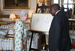 April 17, 2018 - Windsor, United Kingdom - Image licensed to i-Images Picture Agency. 17/04/2018. Windsor, United Kingdom. Queen Elizabeth II shows South African President Cyril Ramaphosa letters between her and Nelson Mandela, on South Africa returning to the Commonwealth which was presented as a gift to him during an audience at Windsor Castle, United Kingdom. (Credit Image: © Rota/i-Images via ZUMA Press)