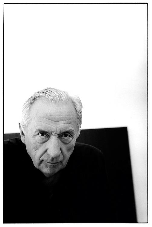 Pierre Soulages, peintre, artiste, dans son atelier à Sète, en 1992. <br /> Pierre Soulages (born December 24, 1919) is a French painter, engraver and sculptor.