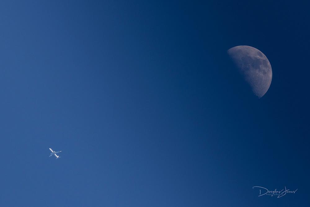 AAL 976 flies across the moon enroute from Montego Bay to Chicago on January 14, 2019. (www.douglasjonesphotography.com)