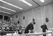 Nederland, Nijmegen, 15-4-1988Choreograaf en balletdanser Hans van Manen geeft college aan de katholieke universiteit Nijmegen. Hij doet dit met hulp van danseres Rachel Beaujean. In november 1987 wordt hij benoemd tot bijzonder hoogleraar aan de universiteit, radboud.Foto: Flip Franssen/Hollandse Hoogte
