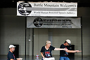 De meeting voorafgaand aan de races. In Battle Mountain (Nevada) wordt ieder jaar de World Human Powered Speed Challenge gehouden. Tijdens deze wedstrijd wordt geprobeerd zo hard mogelijk te fietsen op pure menskracht. De deelnemers bestaan zowel uit teams van universiteiten als uit hobbyisten. Met de gestroomlijnde fietsen willen ze laten zien wat mogelijk is met menskracht.<br /> <br /> In Battle Mountain (Nevada) each year the World Human Powered Speed ​​Challenge is held. During this race they try to ride on pure manpower as hard as possible.The participants consist of both teams from universities and from hobbyists. With the sleek bikes they want to show what is possible with human power.