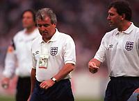 Fotball<br /> EM-sluttspillet 1996<br /> England v Tyskland<br /> Foto: Digitalsport<br /> Norway Only<br /> Englands landslagssjefer, Terry Venables og Bryan Robson