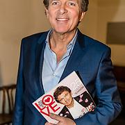 NLD/Amsterdam/20170201 -  Lancering All You Need Is Love Magazine, Robert ten Brink met het magazine