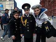 Kinder in Uniformen am Roten Platz am Tag der großen Siegerparade.<br /> <br /> Children in uniforms during the day of the Victory Parade in Moscow.