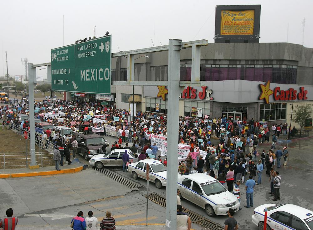 Reynosa, Tamaulipas - 17 Feb 2009 - .A crowd of protesters blocks the Hidalgo International Bridge in Reynosa on Tuesday morning..Photo by Alex Jones / ajones@themonitor.com