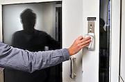 Nederland, Nijmegen, 11-10-2014Tijdens de open dag van justitie krijgen belangstellenden een rondleiding van een medewerker langs enkele afdelingen van de tbs inrichting de pompekliniek. Bezocht werden o.a. een metaalwerkplaats, de houtwerkplaats, een woonafdeling en een isoleercel. Na afloop kon men in gesprek gaan met een patient.FOTO: FLIP FRANSSEN/ HOLLANDSE HOOGTE