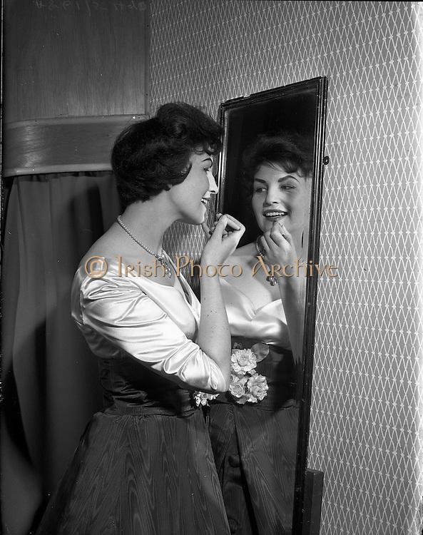 07/11/1958<br /> 11/07/1958<br /> 07 November 1958<br /> Claire Kelleher singer and model at Rose Slowey's, Lower Abbey Street, Dublin.