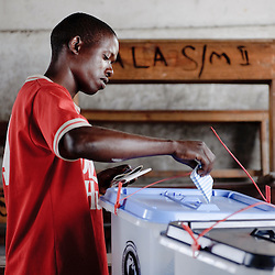 Dar Es Salaam, 31 October 2010.A Tanzanian citizen casts his vote in a polling station of Dar Es Salaam during the presidential election day..The European Union has launched an Election Observation Mission in Tanzania to monitor the general elections, responding to the Tanzanian government invitation to send observers for all aspects of the electoral process..The EU sent this observation mission led by Chief Observer David Martin, a member of the European Parliament. .PHOTO: Ezequiel Scagnetti / European Union