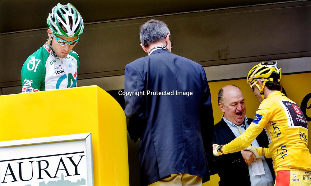Auray, 20080706. Tour de France, sykkel. Thor Hushovd spurtet til seier på den 2.etappen i Tour de France. Her møter han leder av rittet Alejandro Valverde før starten. Klokka er 1244...Foto: Daniel Sannum Lauten/Dagbladet
