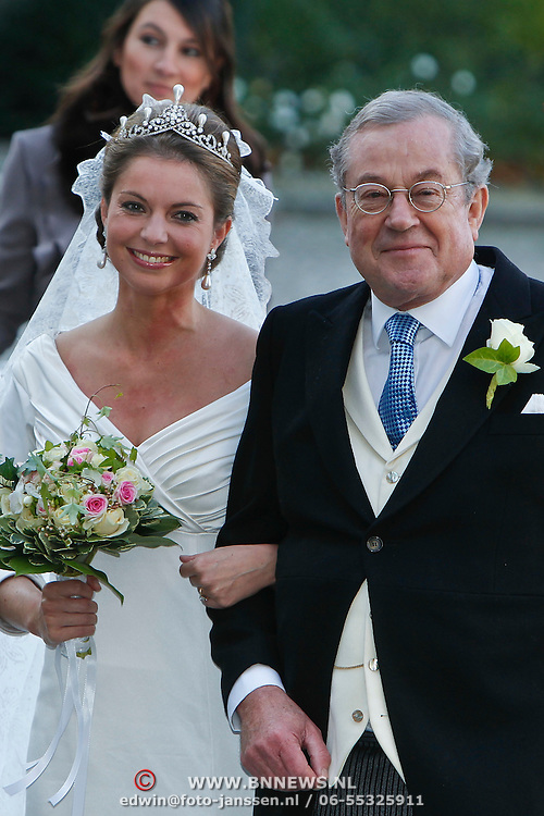 BEL/Brussel/20101120 - Huwelijk prinses Annemarie de Bourbon de Parme-Gualtherie van Weezel en bruidegom Carlos de Borbon de Parme, bruid prinses Annemarie en haar vader Hans Gualtherie van Weezel