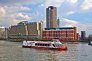 Londyn, 2009-03-05. Statek wycieczkowy na Tamizie.