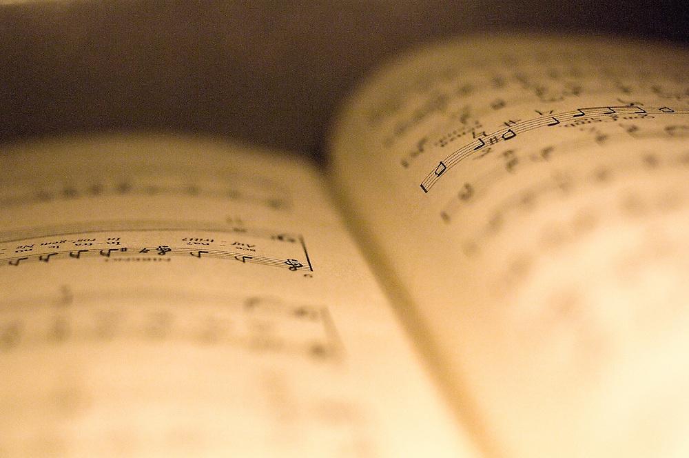 """Partition musicale (détail) de """"Giulio Cesare in Egitto de G.F. Haendel.<br /> Musical partition of G.F. Haendel' Giulio Cesare in Egitto."""