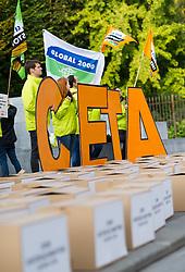 "27.09.2016, Ballhausplatz, Wien, AUT, Kundgebung ""Stop CETA"" vor Sitzung vor dem Bundeskanzleramt, im Bild Demonstranten // Protestors during an demonstration against CETA in front of the Federal Chancellors Office in Vienna, Austria on 2016/09/27 EXPA Pictures © 2016, PhotoCredit: EXPA/ Michael Gruber"