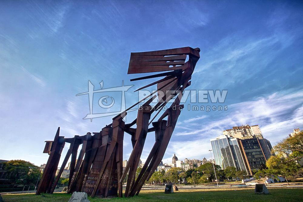 Monumento aos Açorianos é um monumento da cidade de Porto Alegre, em homenagem à chegada, em 1752, dos primeiros sessenta casais açorianos que povoaram a cidade. A obra possui 17m de altura por 24m de comprimento. FOTO: Jefferson Bernardes/ Agência Preview