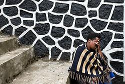 Rwanda: Homme se recueillant sur les marches du memorial Krabenze de Bigogwe (pres de 9.000 victimes) dans la region de Rubavu. Proche d'un camp militaire, le Centre d'entrainement commando, le lieu a ete marque par le genocide.  (Credit Image: RealTime Images)
