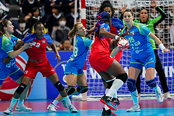 05-12-2019 JAP: Cuba - Slovenia, Kumamoto<br /> Fourth match groep A at 24th IHF Women's Handball World Championship. Slovenia win 39 - 26 of Cuba / Teja Ferfolja #15 of Slovenia, Polona Baric #13 of Slovenia, Yunisleidy Camejo Rodriguez #11 of Cuba