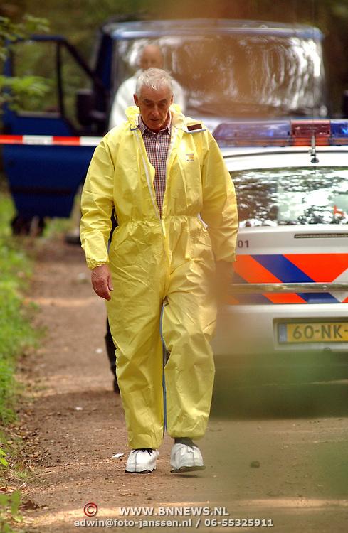 NLD/Huizen/20050906 - Verbrand lijk gevonden langs bospad Bussummerweg Huizen, witte pakken, doos, technische recherche, geel pak