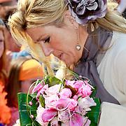 NLD/Thorn/20110430 - Koninginnedag 2011 in Thorn, Maxima krijgt een kado uit het publiek