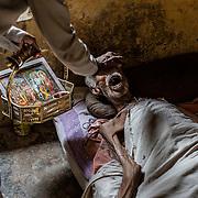 Au crépuscule de son existence, un homme reçoit de l'eau sacrée du Gange.